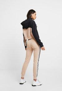 adidas Originals - CROPPED HOODIE - Hættetrøjer - ash pearl/black - 2