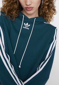 adidas Originals - BELLISTA 3 STRIPES CROPPED HOODIE - Jersey con capucha - tech mineral - 6