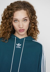 adidas Originals - BELLISTA 3 STRIPES CROPPED HOODIE - Jersey con capucha - tech mineral - 3