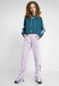 adidas Originals - BELLISTA 3 STRIPES CROPPED HOODIE - Jersey con capucha - tech mineral - 1