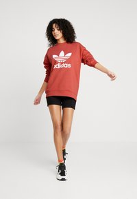 adidas Originals - ADICOLOR TREFOIL LONG SLEEVE PULLOVER - Felpa - trace scarlet/white - 1