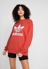 adidas Originals - ADICOLOR TREFOIL LONG SLEEVE PULLOVER - Felpa - trace scarlet/white - 0