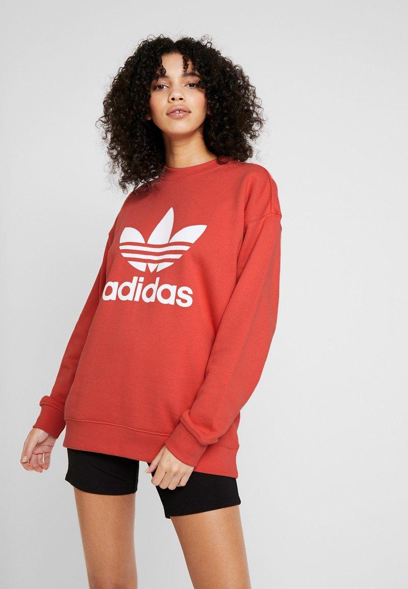 adidas Originals - ADICOLOR TREFOIL LONG SLEEVE PULLOVER - Felpa - trace scarlet/white