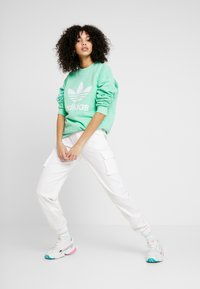 adidas Originals - ADICOLOR TREFOIL LONG SLEEVE - Sweatshirt - prism mint/white - 1