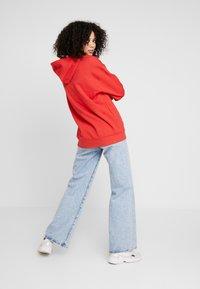 adidas Originals - ADICOLOR TREFOIL ORIGINALS HODDIE - Bluza z kapturem - lush red/white - 2