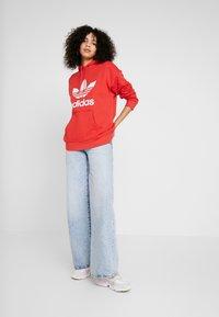 adidas Originals - ADICOLOR TREFOIL ORIGINALS HODDIE - Bluza z kapturem - lush red/white - 1