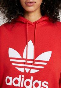 adidas Originals - ADICOLOR TREFOIL ORIGINALS HODDIE - Bluza z kapturem - lush red/white - 5