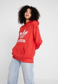 adidas Originals - ADICOLOR TREFOIL ORIGINALS HODDIE - Bluza z kapturem - lush red/white - 0