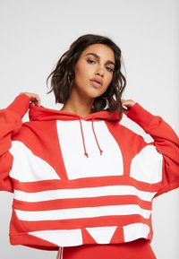 adidas Originals - ADICOLOR LARGE LOGO CROPPED HODDIE SWEAT - Hoodie - lush red/white - 3