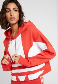 adidas Originals - ADICOLOR LARGE LOGO CROPPED HODDIE SWEAT - Hoodie - lush red/white - 4