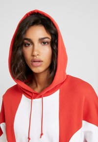 adidas Originals - ADICOLOR LARGE LOGO CROPPED HODDIE SWEAT - Hoodie - lush red/white - 6
