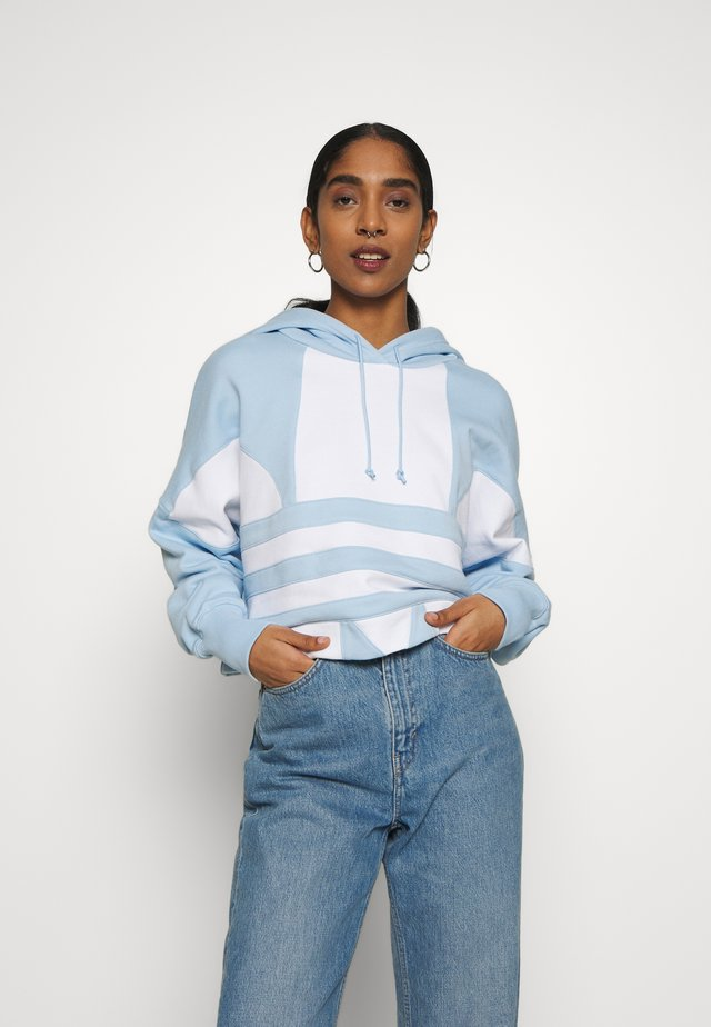 ADICOLOR LARGE LOGO CROPPED HODDIE SWEAT - Jersey con capucha - clear sky/white