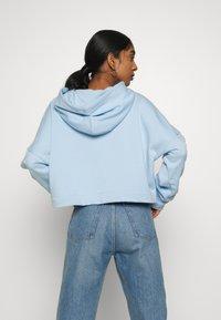 adidas Originals - ADICOLOR LARGE LOGO CROPPED HODDIE SWEAT - Bluza z kapturem - clear sky/white - 2