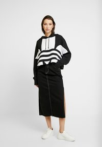 adidas Originals - ADICOLOR LARGE LOGO CROPPED HODDIE SWEAT - Jersey con capucha - black/white - 1