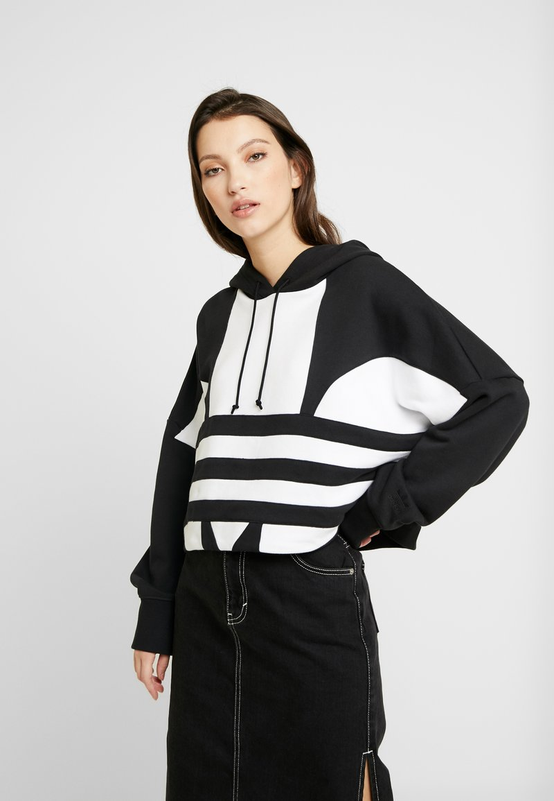 adidas Originals - ADICOLOR LARGE LOGO CROPPED HODDIE SWEAT - Jersey con capucha - black/white