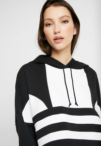 adidas Originals - ADICOLOR LARGE LOGO CROPPED HODDIE SWEAT - Jersey con capucha - black/white - 4