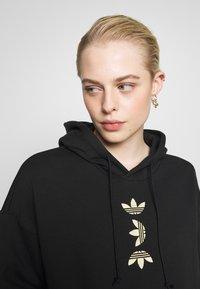 adidas Originals - LOGO HOODIE - Felpa con cappuccio - black/gold - 3