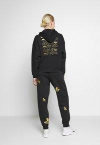 adidas Originals - LOGO HOODIE - Felpa con cappuccio - black/gold - 2