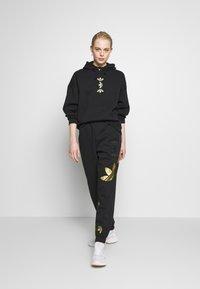 adidas Originals - LOGO HOODIE - Felpa con cappuccio - black/gold - 1