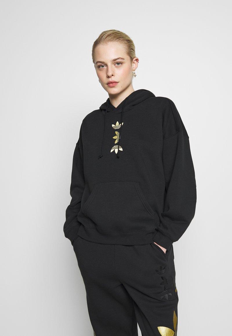 adidas Originals - LOGO HOODIE - Felpa con cappuccio - black/gold