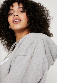 adidas Originals - ADICOLOR TREFOIL HODDIE SWEAT - Bluza z kapturem - medium grey heather/white - 3