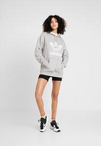 adidas Originals - ADICOLOR TREFOIL HODDIE SWEAT - Bluza z kapturem - medium grey heather/white - 1