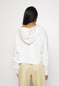 adidas Originals - CROP HOODIE - Bluza z kapturem - chalk white - 2