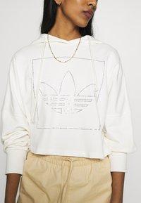 adidas Originals - CROP HOODIE - Bluza z kapturem - chalk white - 4