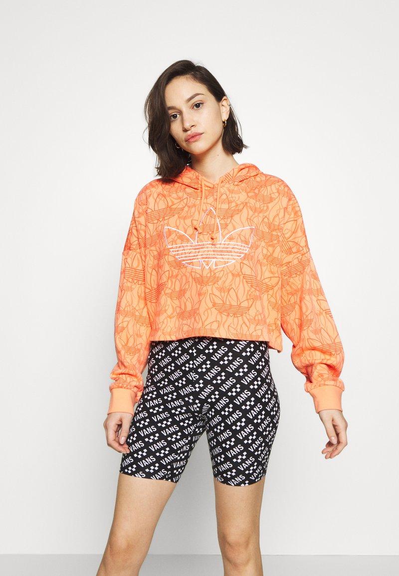 adidas Originals - HOODIE CROP - Bluza z kapturem - chalk coral