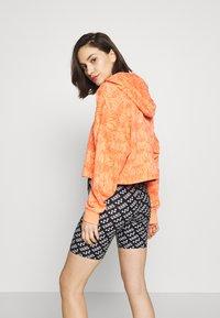 adidas Originals - HOODIE CROP - Bluza z kapturem - chalk coral - 2