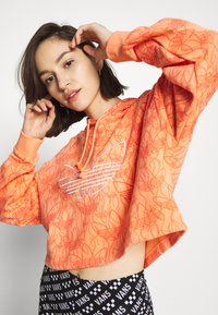adidas Originals - HOODIE CROP - Bluza z kapturem - chalk coral - 3