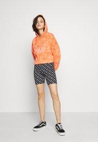 adidas Originals - HOODIE CROP - Bluza z kapturem - chalk coral - 1