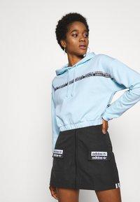 adidas Originals - CROPPED HOODIE - Bluza z kapturem - sky tint - 0