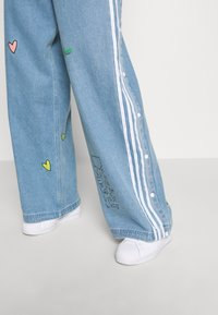 adidas Originals - TRACKPANT - Flared Jeans - clear sky - 4