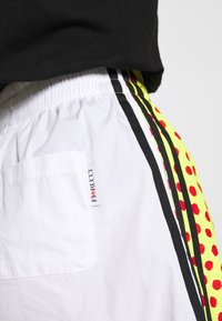 adidas Originals - GRAPHIC - Shorts - white - 5