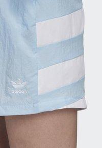 adidas Originals - LARGE LOGO SHORTS - Shorts - blue - 5