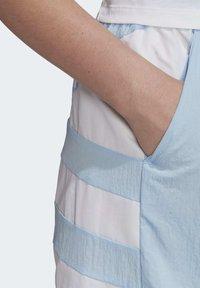 adidas Originals - LARGE LOGO SHORTS - Shorts - blue - 4