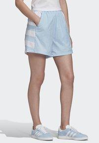 adidas Originals - LARGE LOGO SHORTS - Shorts - blue - 3