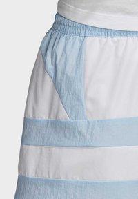 adidas Originals - LARGE LOGO SHORTS - Shorts - blue - 6
