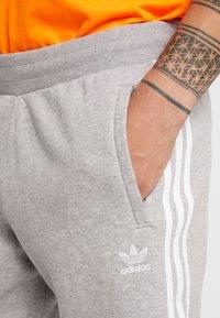 adidas Originals - STRIPES PANT - Teplákové kalhoty -  grey heather - 4