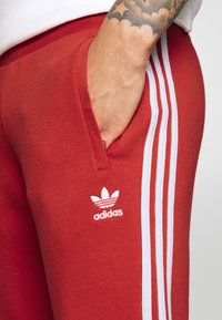 adidas Originals - STRIPES PANT - Pantaloni sportivi - lush red - 4