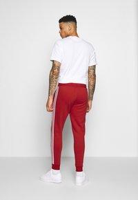 adidas Originals - STRIPES PANT - Teplákové kalhoty - lush red - 2