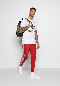 adidas Originals - STRIPES PANT - Teplákové kalhoty - lush red - 1