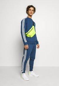 adidas Originals - STRIPES PANT - Trainingsbroek - nmarin - 1