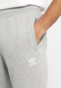 adidas Originals - ADICOLOR REGULAR TRACK PANTS - Træningsbukser - mottled grey - 4