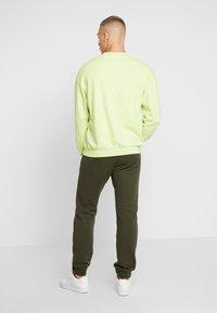 adidas Originals - ADICOLOR REGULAR TRACK PANTS - Pantalon de survêtement - night cargo - 2