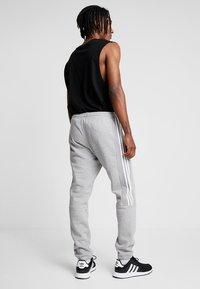 adidas Originals - OUTLINE REGULAR TRACK PANTS - Spodnie treningowe - medium grey heather - 2