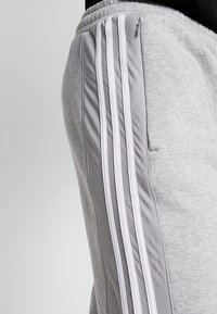 adidas Originals - OUTLINE REGULAR TRACK PANTS - Spodnie treningowe - medium grey heather - 3