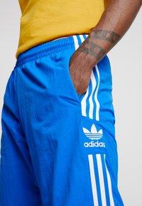 adidas Originals - LOCK UP - Pantalon de survêtement - bluebird - 4