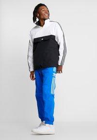 adidas Originals - LOCK UP - Pantalon de survêtement - bluebird - 1